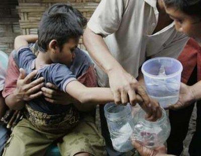 Mohammad Ponari thả viên đá vào nước để chữa bệnh. Ảnh: The Sun.