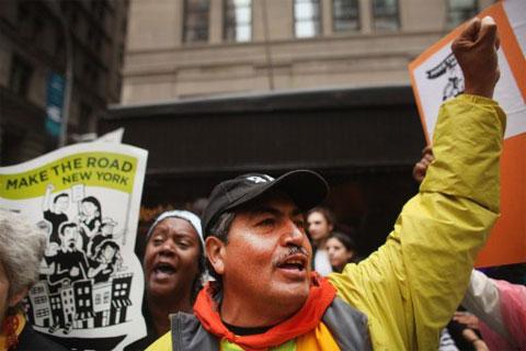Người biểu tình vây quanh trụ sở của Ngân hàng Chase Manhattan ở New York hôm 12/10. Ảnh: AFP